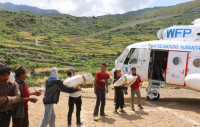 Avustuskuorma saapuu Gorkha Districtille Nepalin maanjäristyksen jälkeen. Kuva: Angeli Mendoza.