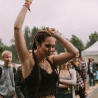 Shiraz Lane sai yleisön tanssiin. Kuva: Antti Pitkäjärvi