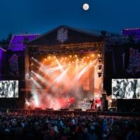 Volbeat kuun ja muutaman muun valon loisteessa. Kuva: Markus Korpi-Hallila